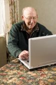 Senior Man auf Laptop