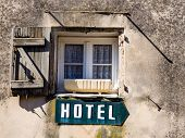 a sign saying hotel mclick a house.