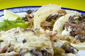 Plato de carne mexicana conocida como Alambre