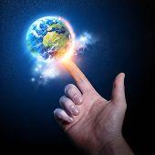 Mundo sobre a ponta do dedo. Fotografia conceitual.