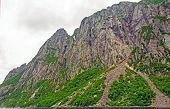 Dramatische Wände des glazialen Fjord