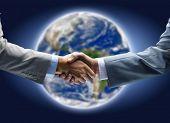Постер, плакат: Рукопожатие с карты мира в фоновом режиме