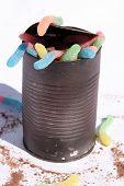 Постер, плакат: «CAN O ЧЕРВЕЙ» дети пустыни Шоколадный торт и клейкий червей в консервную банку