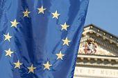 Bandeira da União Europeia com o emblema nacional checo em segundo plano