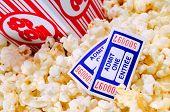 Desbordante de caja de palomitas de maíz de película con el cine de dos entradas