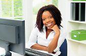 Americana Africano jovem relaxante pelo seu computador no trabalho