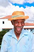 Cubano simpático anciano con sombrero de paja hacer una cara graciosa, Santiago de Cuba, Cuba