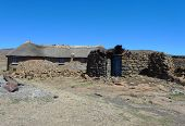 Estilo tradicional da habitação em Lesoto em Sani Pass a altitude de 2.874 m
