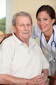 Anciano con enfermera