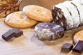traditionelle italienische und die portugiesische Dessert aus dunkler Schokolade und gebrochenen Cookies hergestellt.