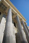Columnas de estilo neoclásicas en la ciudad de Madrid