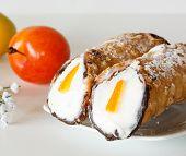 Постер, плакат: Типичные сицилийские жареные тонкого теста ролл с сладкий рикотта засахаренные фрукты и кусочки choco
