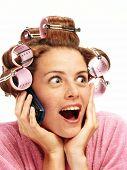 Jovem surpreendida no telefone. Mulher em conceito de beleza rolllers.