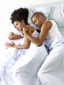 Jonge afro Amerikaanse echtpaar slapen.