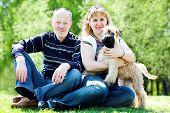 Família e cachorro terrier