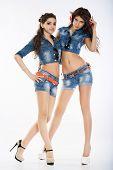 Modelo de moda de dos hermosas niñas sobre un fondo blanco