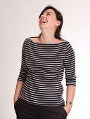 Retrato de una atractiva morena riendo una camiseta pelados