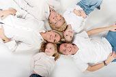 Cabeças de familiares próximos entre si, formando um círculo