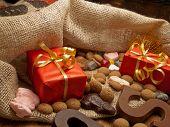 Saint Nicholas tas met geschenken