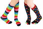 Pernas com meias coloridas
