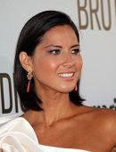 LOS ANGELES - 16 de AUG: OLIVIA MUNN chega para o