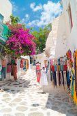 Imagem do detalhe de uma loja turística grega na ilha de Mykonos, Grécia