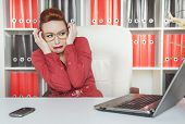image of scared  - Business woman scared working with computer in office - JPG