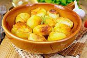 Potatoes fried in ceramic pan on napkin