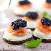 Delicioso aperitivo con salmón y caviar