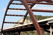 Un tiro del puente Austin 360 en un día claro y tranquilo.  Esta es una foto muy bonita del puente un