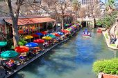 o San Antonio riverwalk e seus muitos sites coloridos