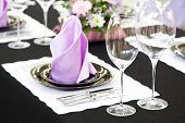 restauração de mesa conjunto serviço com talheres, guardanapos e copos no restaurante