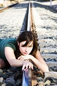traurig junge Frau auf der Bahn.