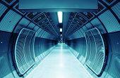 Cilíndrico túnel para peatones, azules entonó.