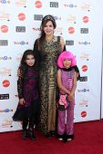 LOS ANGELES - 27 de OCT: Maria Canals-Barrera, hijas Bridget Barrera, Madeleine Barrera en