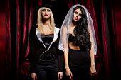 Halloween-Konzept: sexy Damen Vampir über roten Vorhang