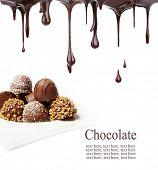 Deliciosos bombons de chocolate, isolados no fundo branco