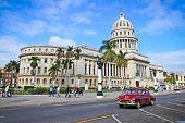 Havanna-FEB 3:Classic Autos vor dem Capitol-Jan 3,2010 in Havana.Cubans halten Tausende von ihnen