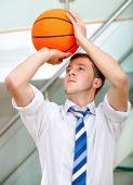 Постер, плакат: Деловой человек бросали В баскетбол