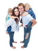 Família amorosa, apreciando o passeio nas costas