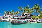 Larga cola barcos en la isla de Phi Phi Don, Krabi, Tailandia