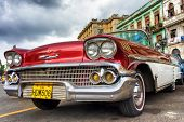 Havanna-NOVEMBER 28:Old roten Chevrolet nahe Capitol-November 28,2012 in Havana.Thousands davon